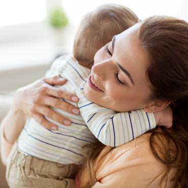 สัมผัสและกอดจากแม่ ช่วยลูกน้อยได้อย่างไรบ้าง