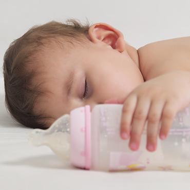 อาการแบบไหนบ้างนะ…ที่บ่งบอกว่าลูกน้อยกินนมมากเกินไป